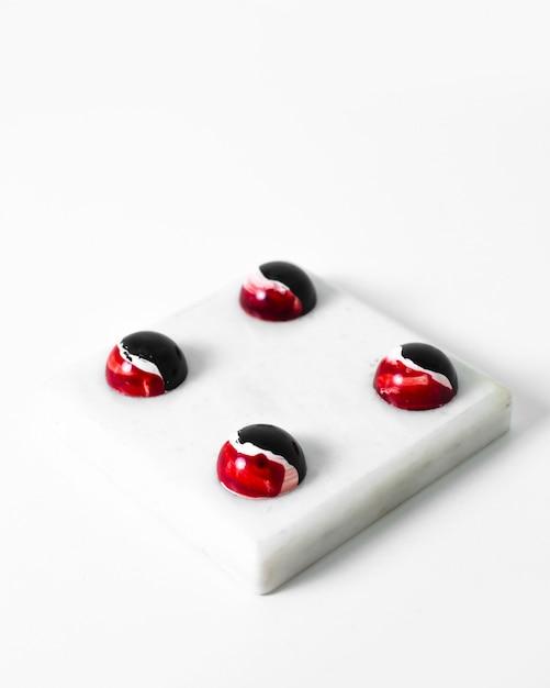 Le caramelle choco hanno disegnato cioccolatini artistici colorati sulla superficie bianca Foto Gratuite