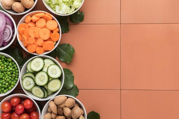 Le ciotole di verdure affettate copiano lo spazio Foto Gratuite
