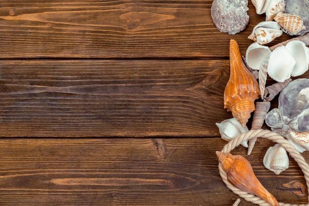 Le conchiglie rasentano il fondo di legno Foto Premium