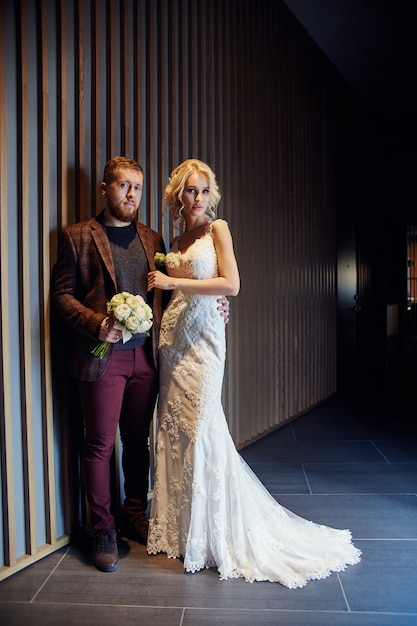 Le coppie felici hanno abbracciato e baciato dopo il matrimonio Foto Premium