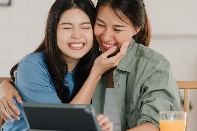 Le coppie lesbiche asiatiche del lgbtq fanno colazione a casa Foto Gratuite