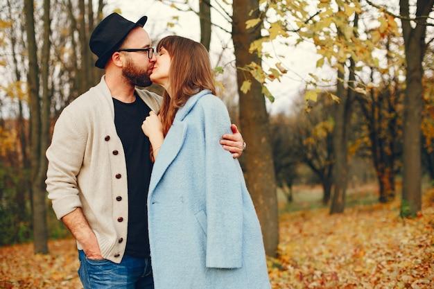 Le coppie passano il tempo in un parco d'autunno Foto Gratuite