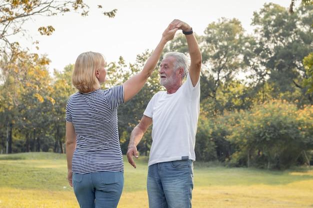 Le coppie senior ballano insieme nel parco. Foto Premium