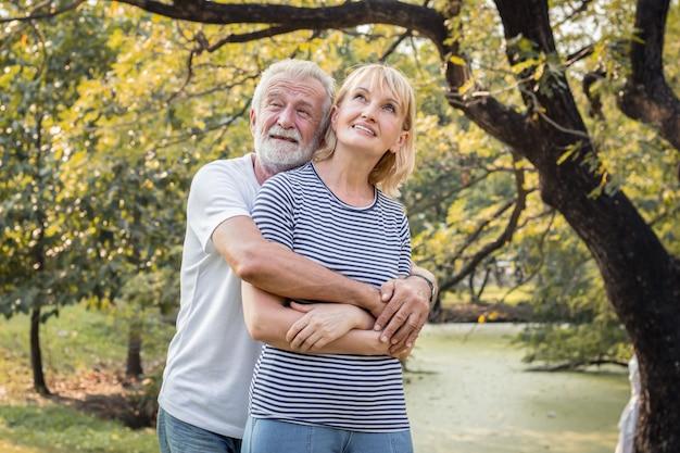 Le coppie senior stanno per abbracciarsi e sorridere felicemente. Foto Premium
