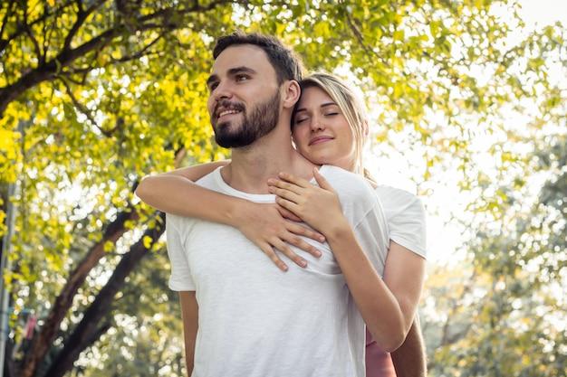 Le coppie si mostrano amore nel parco. Foto Premium
