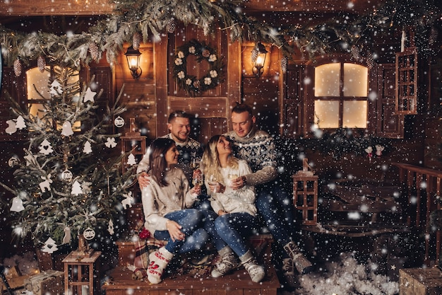 Le coppie sposate sono amiche per un felice anno nuovo Foto Premium