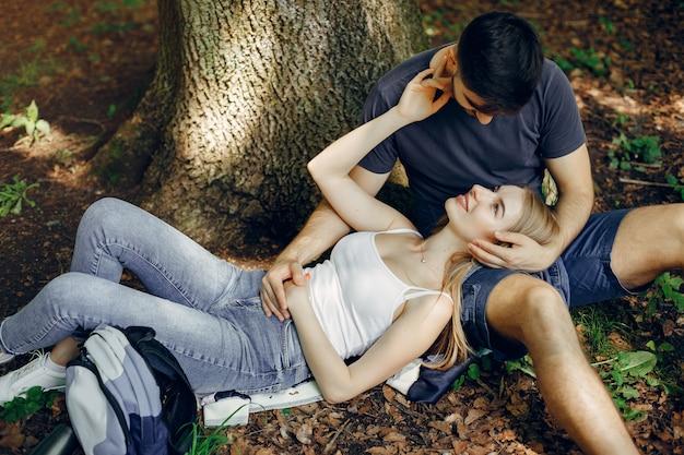 Le coppie sveglie riposano in una foresta dell'estate Foto Gratuite