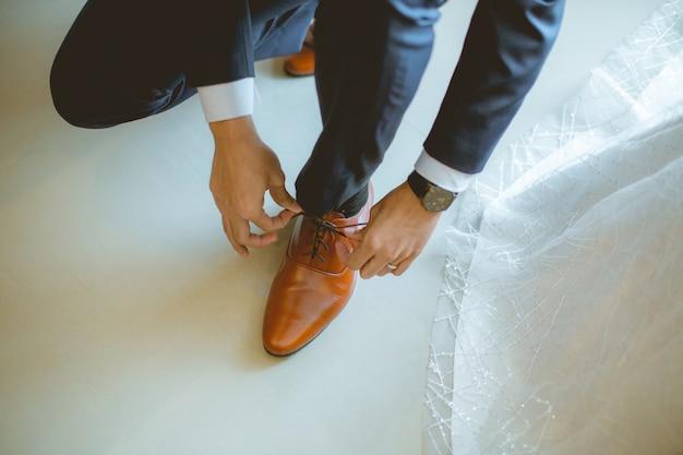 Le cravatte groom scarpe a terra Foto Premium