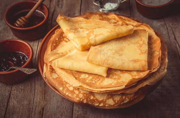 Le crepes sono fatte in casa. pancakes. messa a fuoco selettiva cibo Foto Premium
