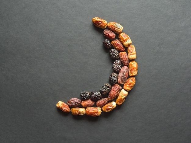 Le date dei frutti sono disposte a forma di mezzaluna Foto Premium