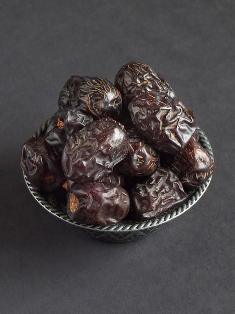 Le date di ajwa al-madina sono disposte su un tavolo nero. Foto Premium