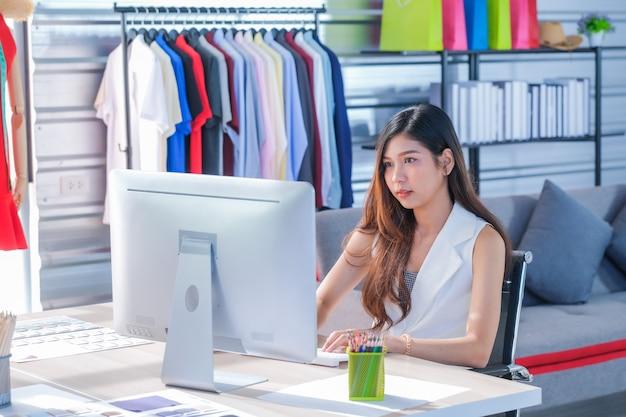 Le donne asiatiche al lavoro sono stiliste e sarte Foto Premium