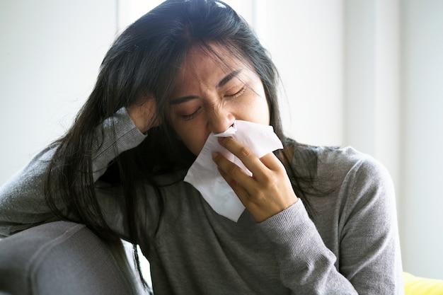 Le donne asiatiche hanno la febbre alta e il naso che cola. concetto di persone malate Foto Premium