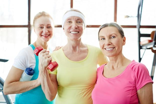 Le donne che praticano fitness Foto Gratuite