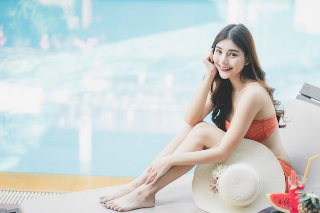 Le donne con bikini godono le vacanze estive Foto Premium