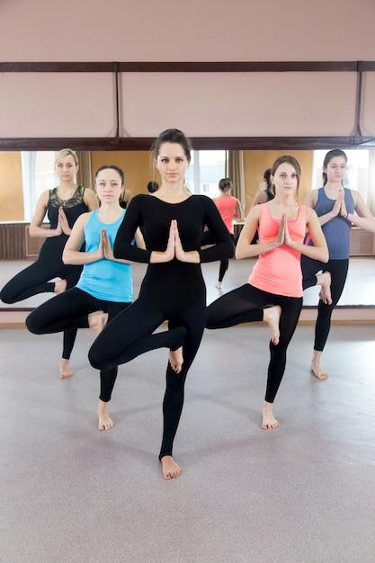 Le donne con le mani giunte e una gamba dall'altra Foto Gratuite