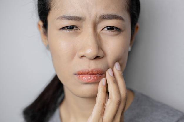 Le donne hanno molto mal di denti. Foto Premium