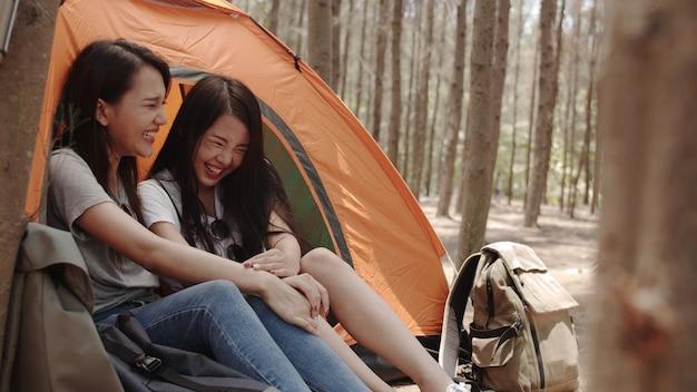 Le donne lesbiche di lgbtq coppia il campeggio o fanno un picnic insieme nella foresta Foto Gratuite