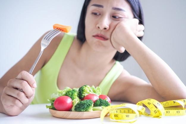 Le donne magre si annoiano a mangiare insalata ogni giorno Foto Premium