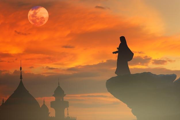 Le donne musulmane pregano la preghiera nel ramadan Foto Premium