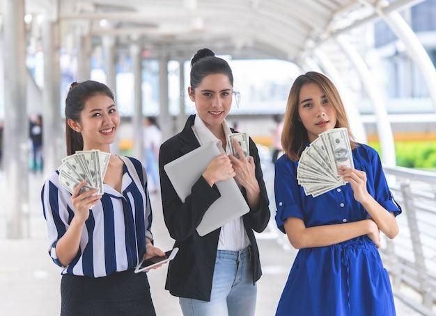 Le donne ricche di affari contano i soldi in mano Foto Premium
