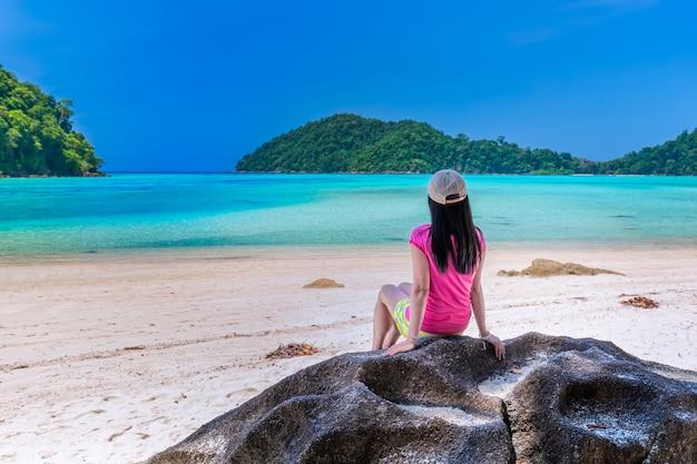 Le donne si godono l'aria fresca e l'acqua limpida nell'isola di similan, mare delle andamane, phuket, thailandia Foto Premium