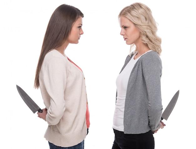 Le donne si guardano e tengono in mano un coltello. Foto Premium