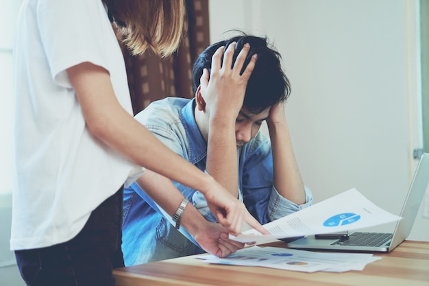 Le donne stanno rimproverando i dipendenti che lavorano fino a tardi al lavoro. Foto Premium