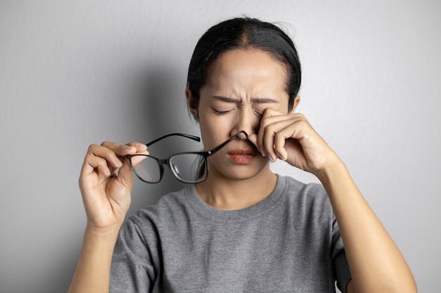 Le donne tengono gli occhiali e soffrono di dolori agli occhi. Foto Premium
