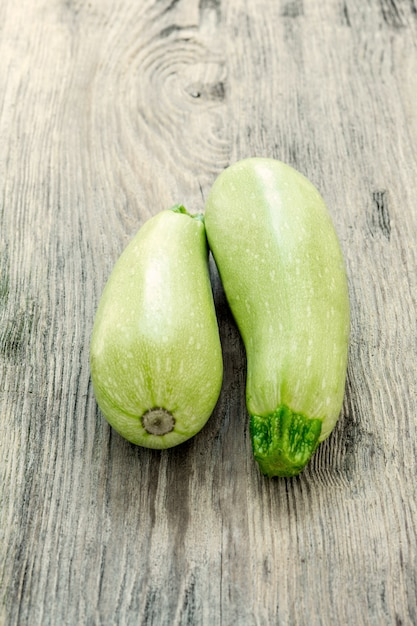 Le due zucchine sul tavolo di legno Foto Gratuite