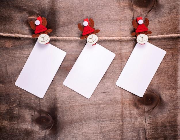 Le etichette di carta sono appese a mollette decorative da vacanza Foto Premium