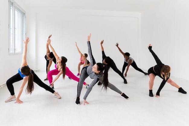 Le femmine a lezione di fitness lavorando Foto Gratuite