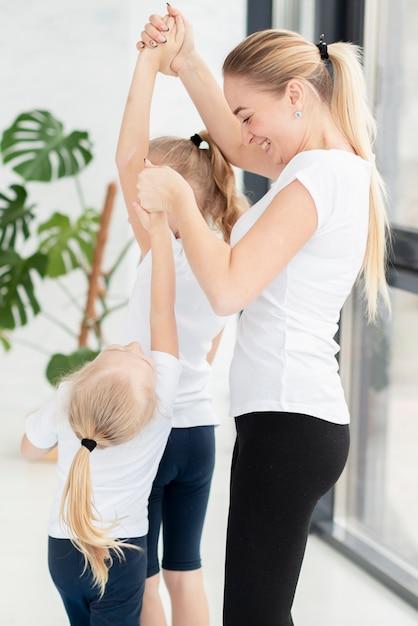 Le figlie d'aiuto della madre si esercitano a casa Foto Gratuite