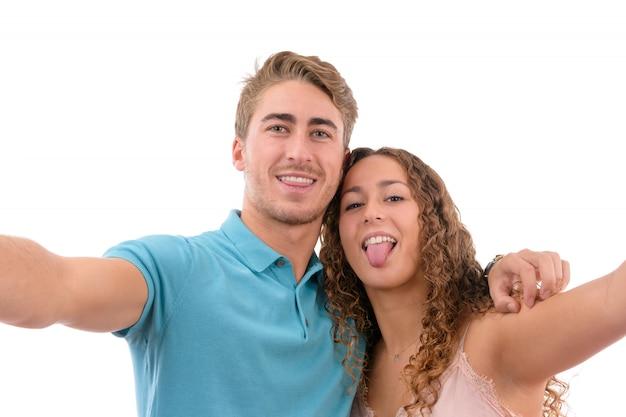 Le giovani coppie caucasiche che fanno un selfie hanno isolato insieme sul fondo bianco Foto Premium