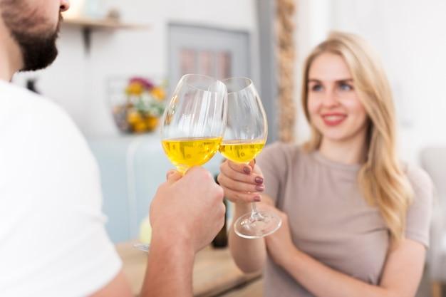Le giovani coppie che bevono insieme formano i vetri Foto Gratuite