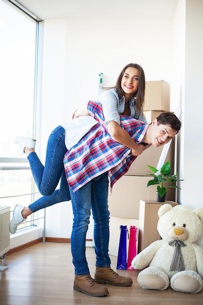 Le giovani coppie divertenti godono e celebrano il trasloco nella nuova casa. Foto Premium