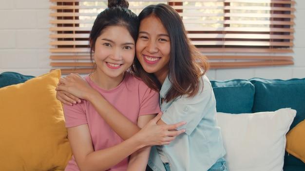 Le giovani donne del lgbtq dell'asia lesbiche del ritratto si accoppiano sentendosi sorridere felice a casa. Foto Gratuite