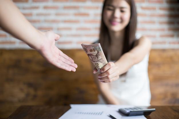 Le giovani imprenditrici inviano le banconote ai clienti per gli utili che i beneficiari dovrebbero ricevere. Foto Premium