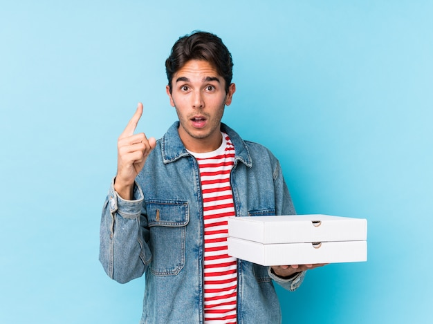 Le giovani pizze caucasiche della tenuta dell'uomo hanno isolato avendo un'idea, concetto di ispirazione. Foto Premium