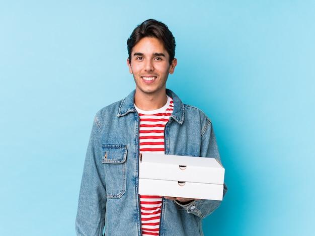 Le giovani pizze caucasiche della tenuta dell'uomo hanno isolato felice, sorridendo e allegro. Foto Premium