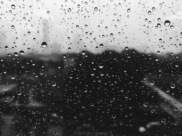 Le gocce di pioggia sui vetri di finestra affiorano con nuvoloso. Foto Premium