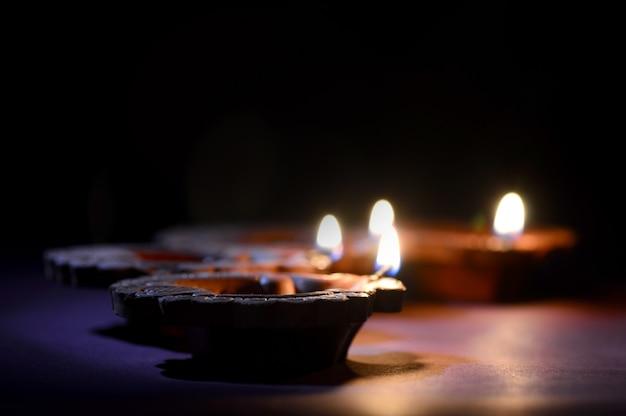 Le lampade variopinte di diya (lanterna) dell'argilla si sono accese durante la celebrazione di diwali. biglietto d'auguri design indian hindu light festival chiamato diwali. Foto Premium