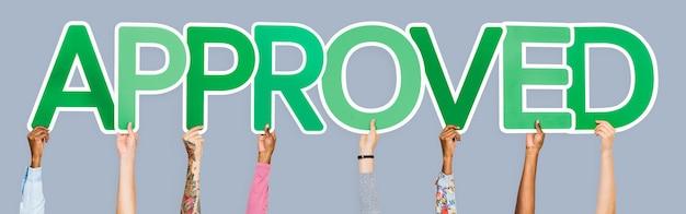 Le lettere verdi che formano la parola approvate Foto Gratuite