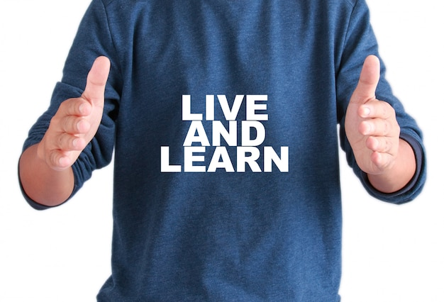 Le mani degli uomini con testo vivono e imparano Foto Premium