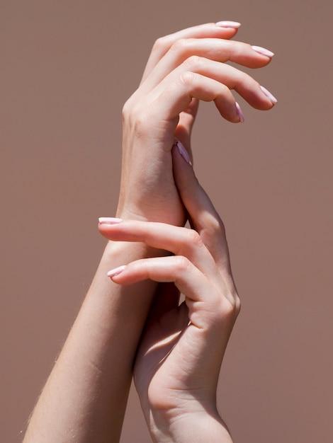 Le mani delicate della donna sotto i riflettori Foto Gratuite
