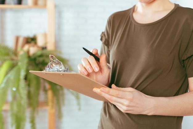 Le mani della donna caucasica tiene appunti Foto Premium