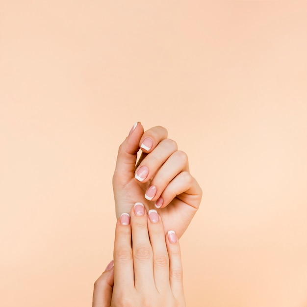 Le mani della donna delicata con lo spazio della copia Foto Gratuite