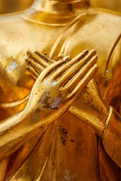 Le mani della statua del buddha si chiudono in su Foto Premium