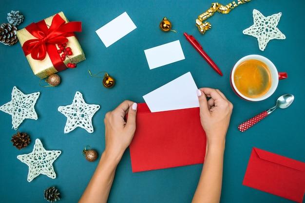 Le mani famale con decorazioni natalizie. Foto Gratuite