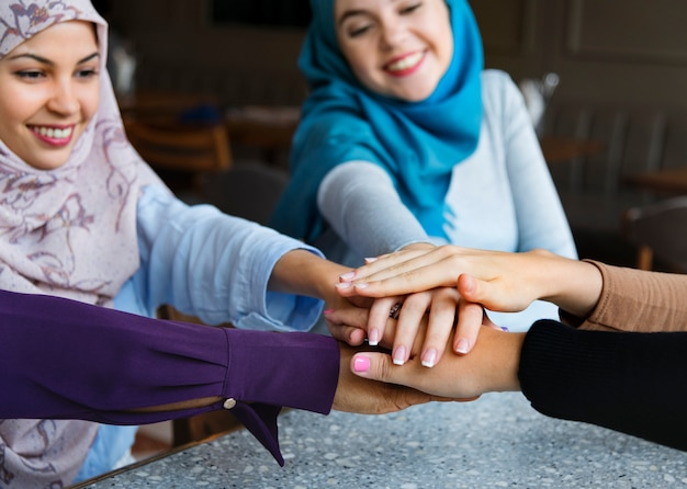 Le mani islamiche degli amici impilano per lavoro di squadra Foto Premium